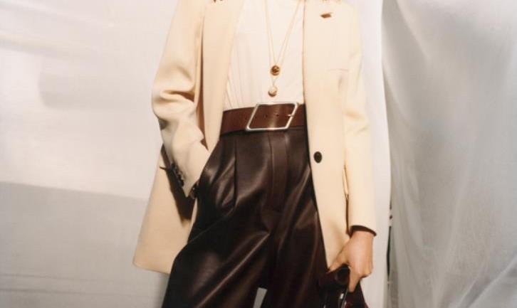 Wszystkie odcienie koloru brązowego – jak tworzyć stylowe zestawy dla kobiet po 45. roku życia?