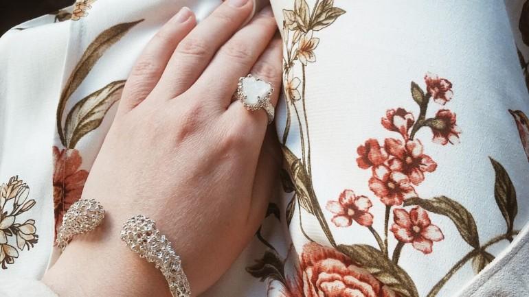 Biżuteryjne trendy na lato. Wyjątkowe propozycje z polskich sklepów